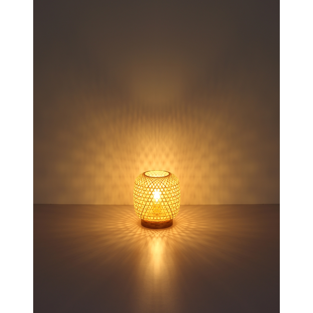 LED landelijke tafellamp bamboe - E25 fitting - sfeerfoto lamp aan donkere achtergrond