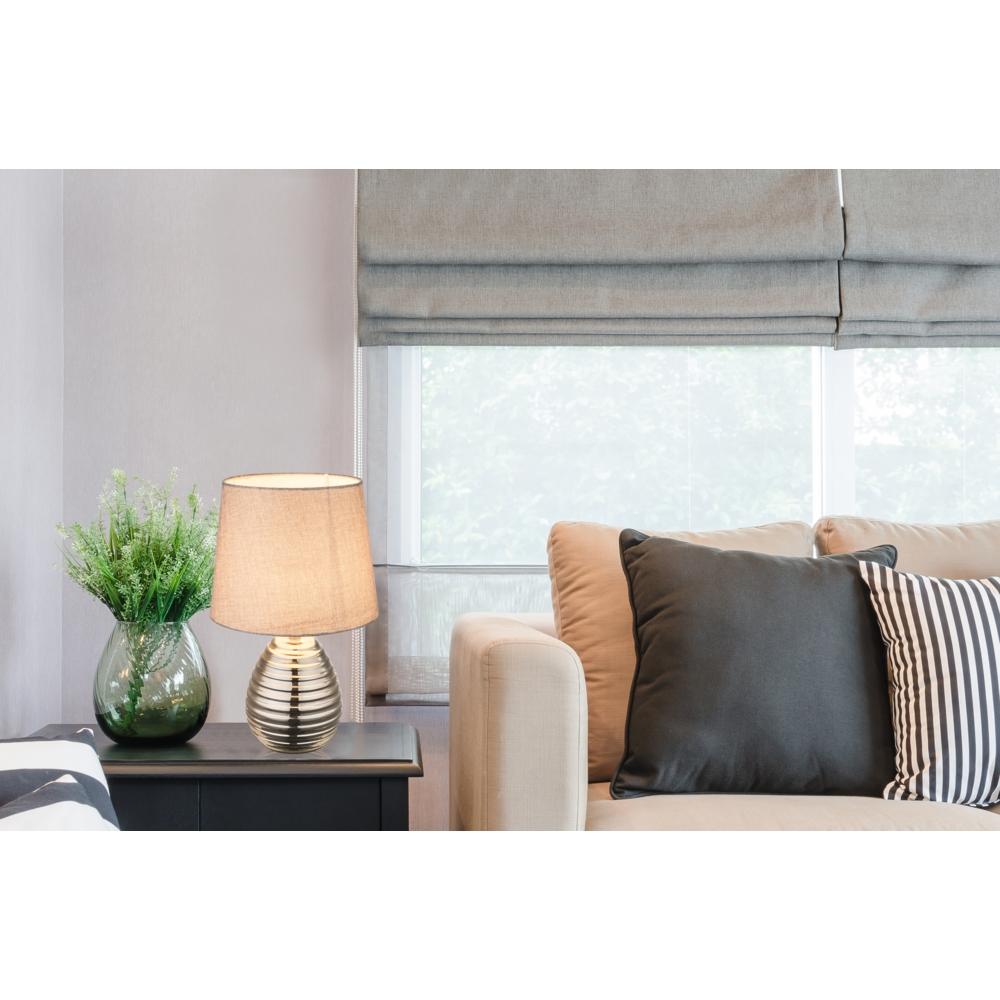 LED tafellamp grijze lampenkap chroom E27 fitting - sfeerfoto
