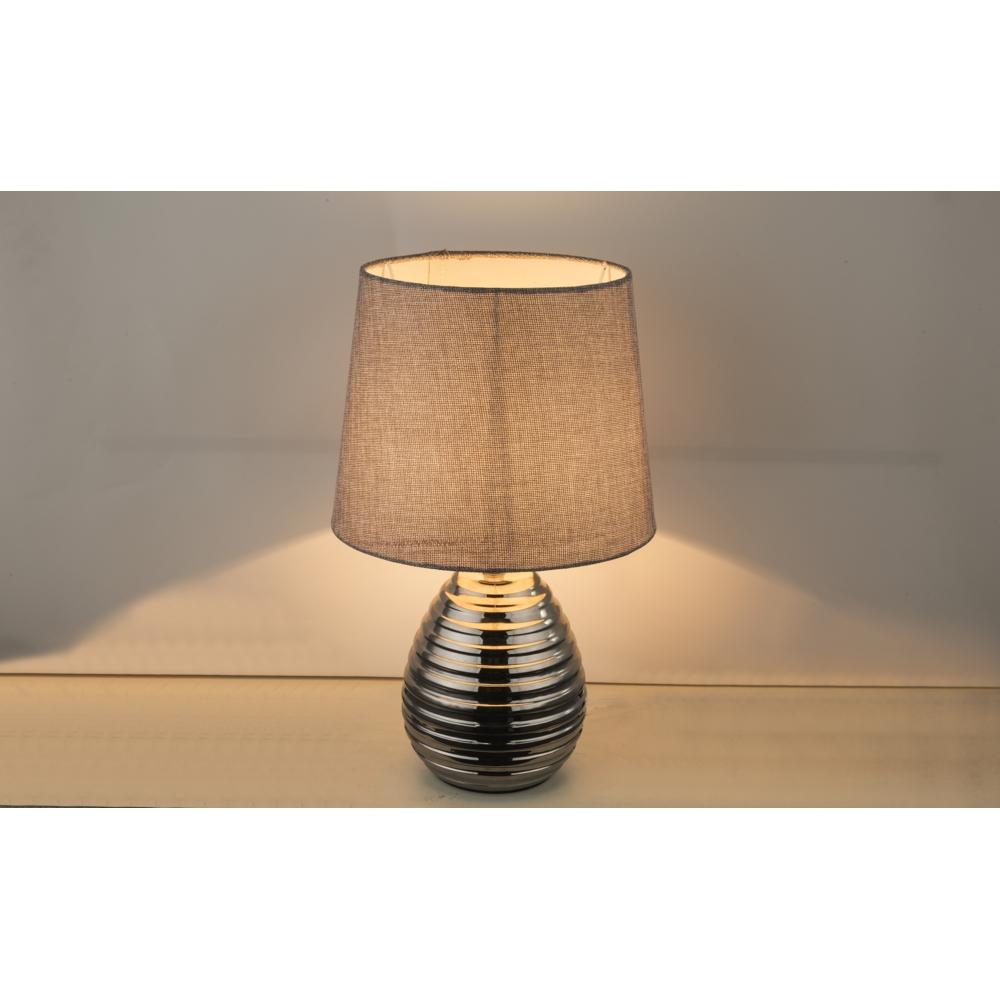 LED tafellamp grijze lampenkap chroom E27 fitting - sfeerfoto dichtbij