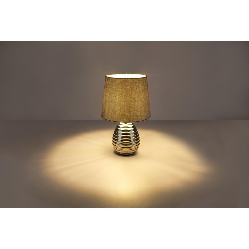 LED tafellamp grijze lampenkap chroom E27 fitting - lamp aan sfeerfoto