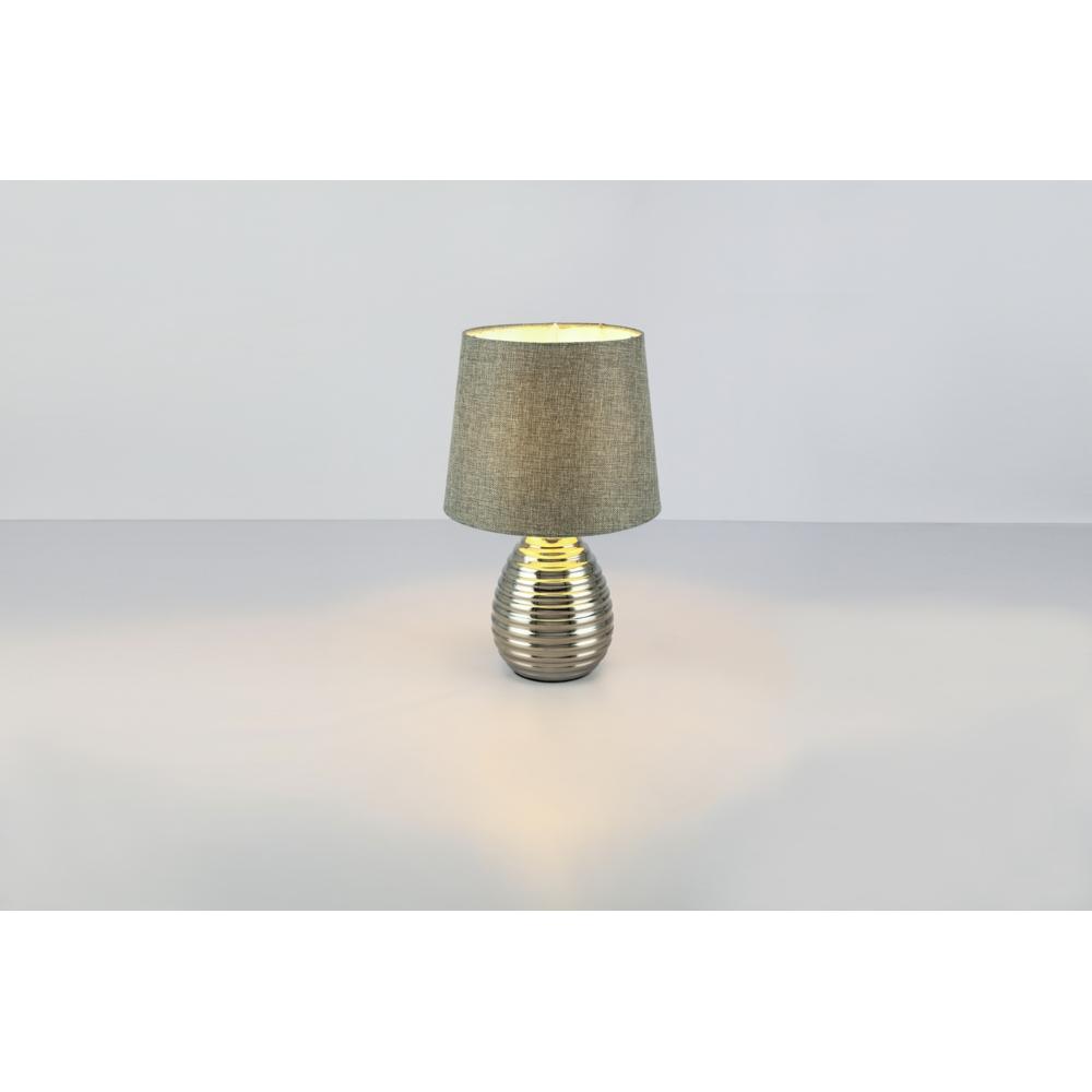 LED tafellamp grijze lampenkap chroom E27 fitting - grijze achtergrond lamp aan