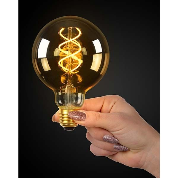 LED dimbare filament lamp globe G95 5 Watt grote fitting E27 2200K Extra Warm wit - lamp in de hand aan