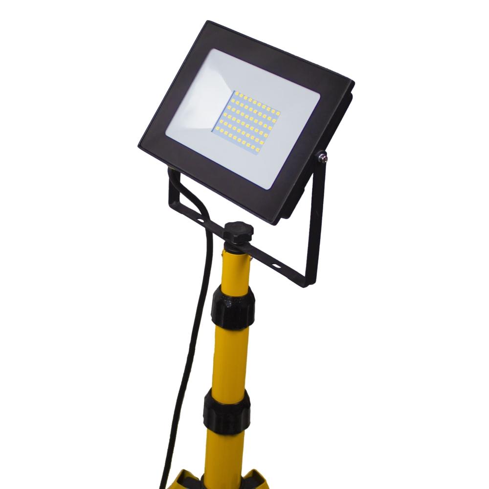 Enkele LED bouwlamp op statief 1.80 meter - 1x 50 watt - 3 meter aansluitsnoer - 5500K Daglicht - Close up