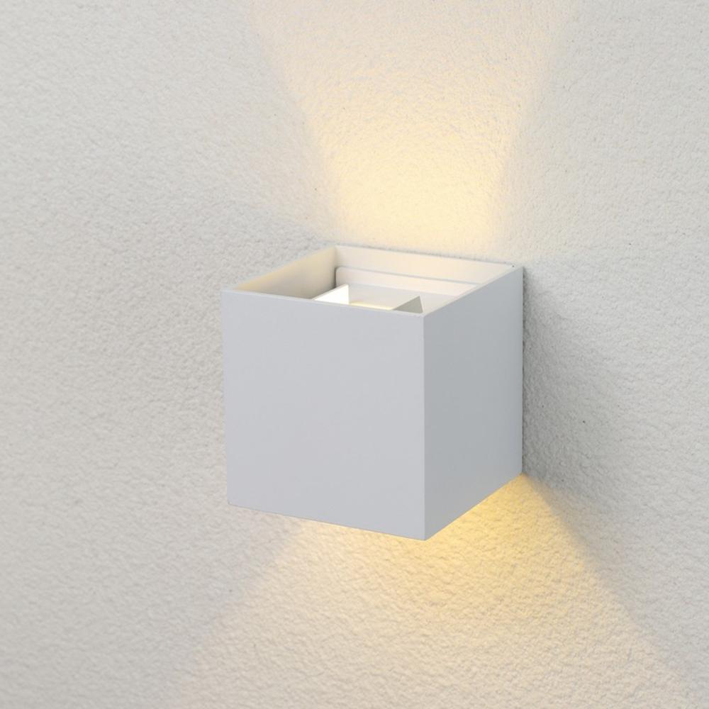 LED Cube wandlamp WIT - kubus - vierkant - 6 watt - dimbaar - 3000K warm wit - kantelbaar - sfeerfoto