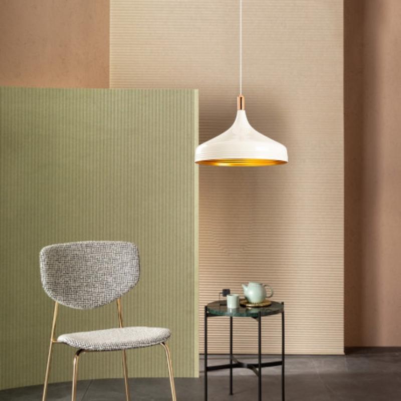 Witte moderne hanglamp 36cm met gouden accenten sfeerfoto