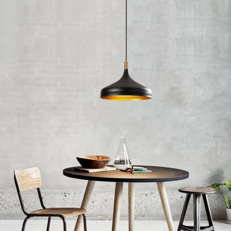 Moderne hanglamp enkel zwart met gouden lampenkap 36cm sfeerfoto