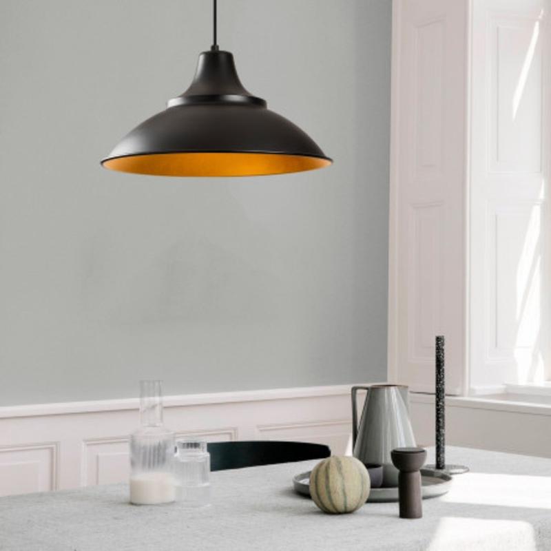 Moderne hanglamp zwart met gouden lampenkap 44cm rond sfeerfoto