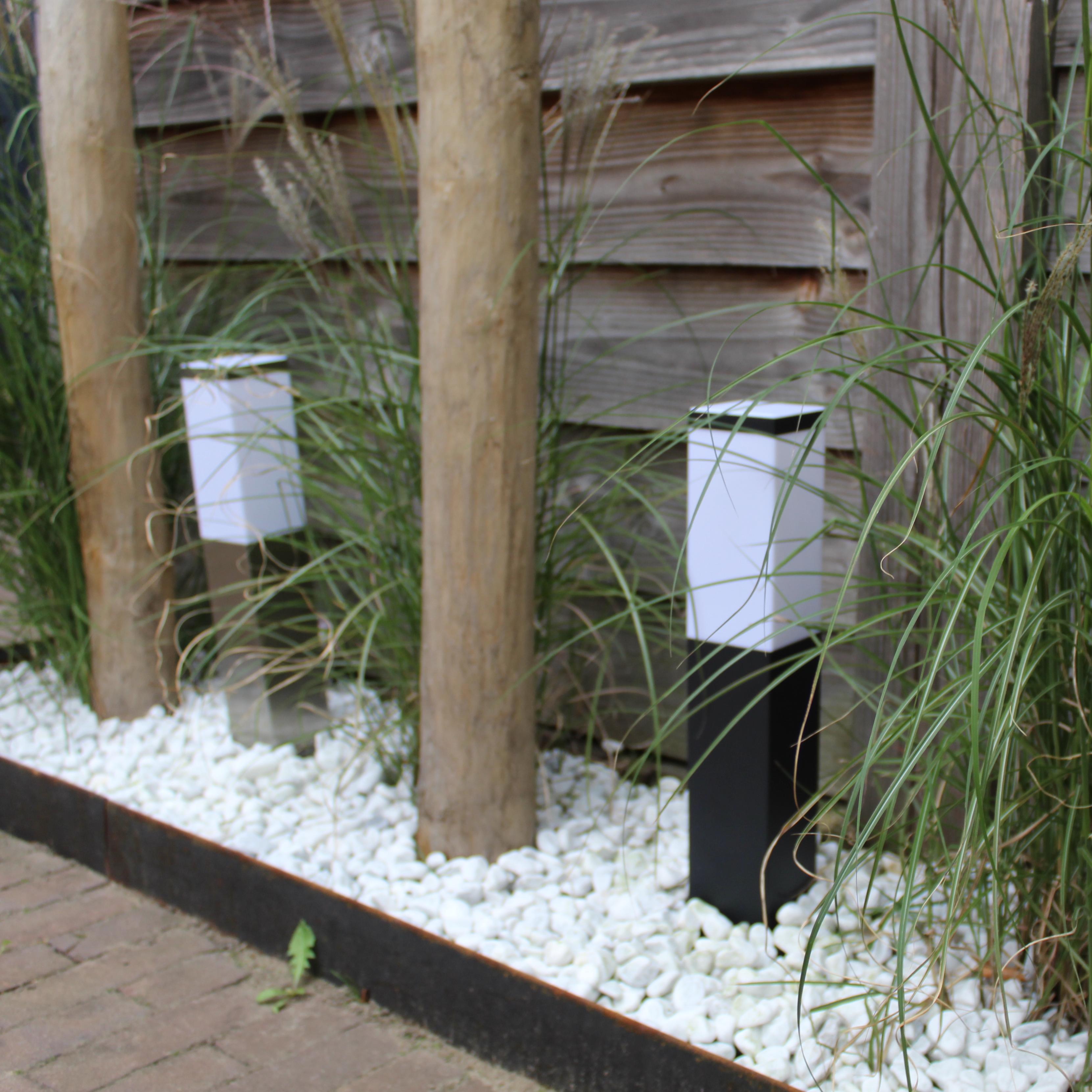 Moderne tuinpaal - staande buitenlamp - zwart en aluminium look - 45cm - IP44 - sfeerfoto
