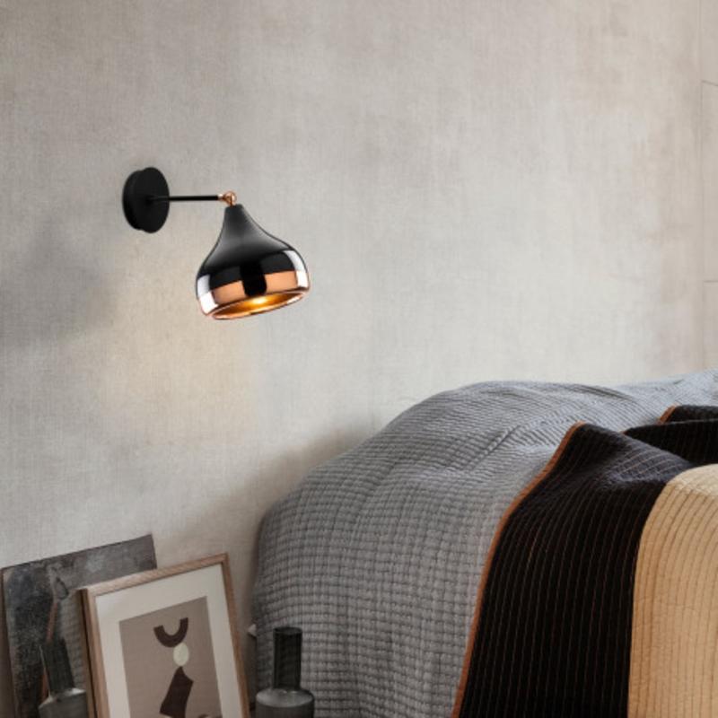 Moderne wandlamp zwart met brons 17 cm sfeerfoto