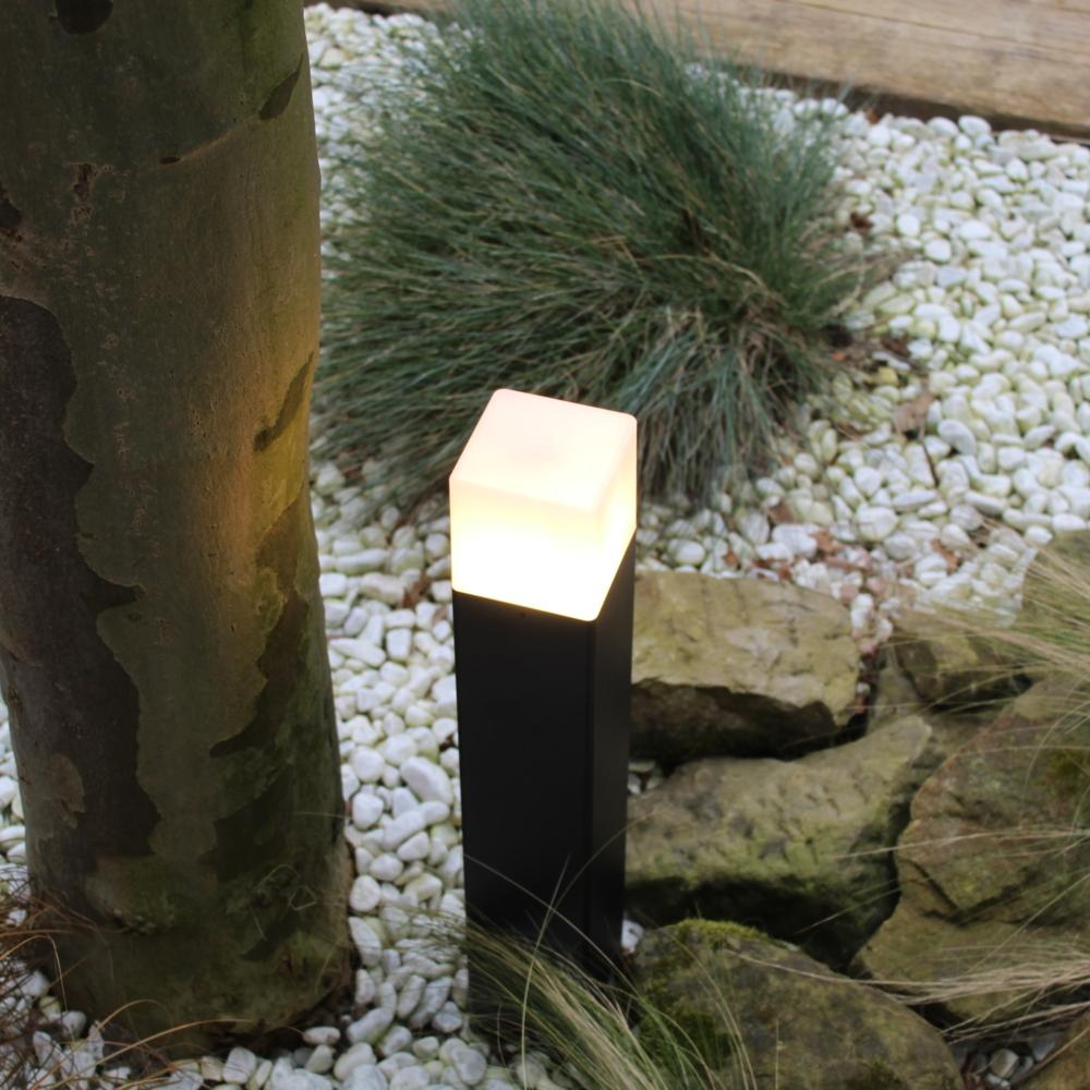 Moderne zwarte tuinpaal 50cm E27 fitting Oasis - vierkant - dimbaar - sfeerfoto tuin 1