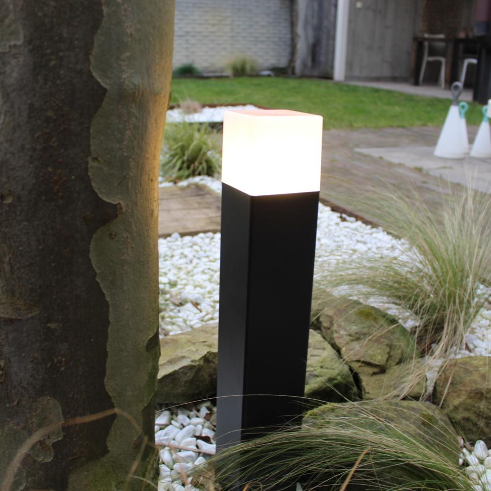 Moderne zwarte tuinpaal 50cm E27 fitting Oasis - vierkant - dimbaar - sfeerfoto tuin 2