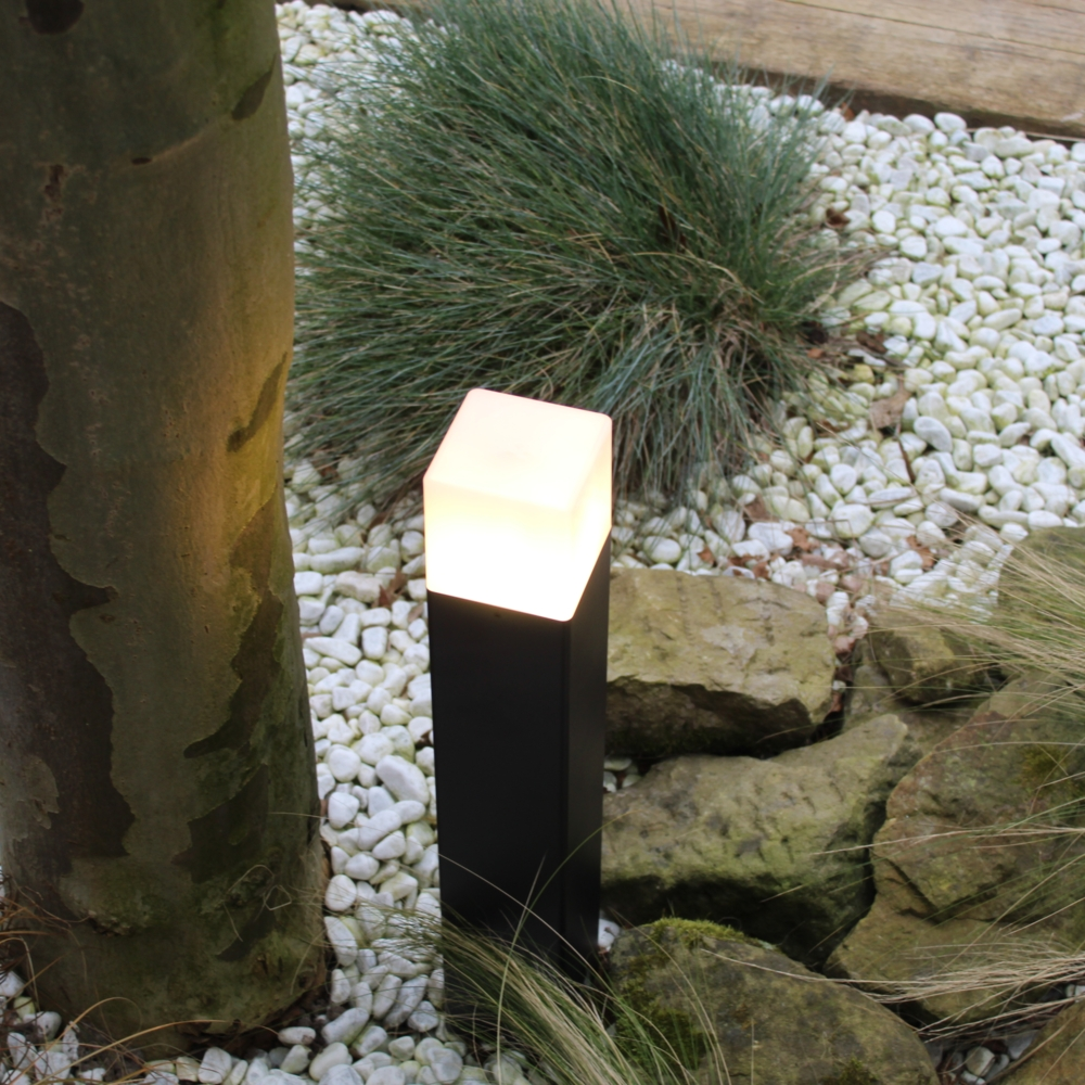 Moderne zwarte tuinpaal 50cm E27 fitting Oasis - vierkant - dimbaar - sfeerfoto tuin 3