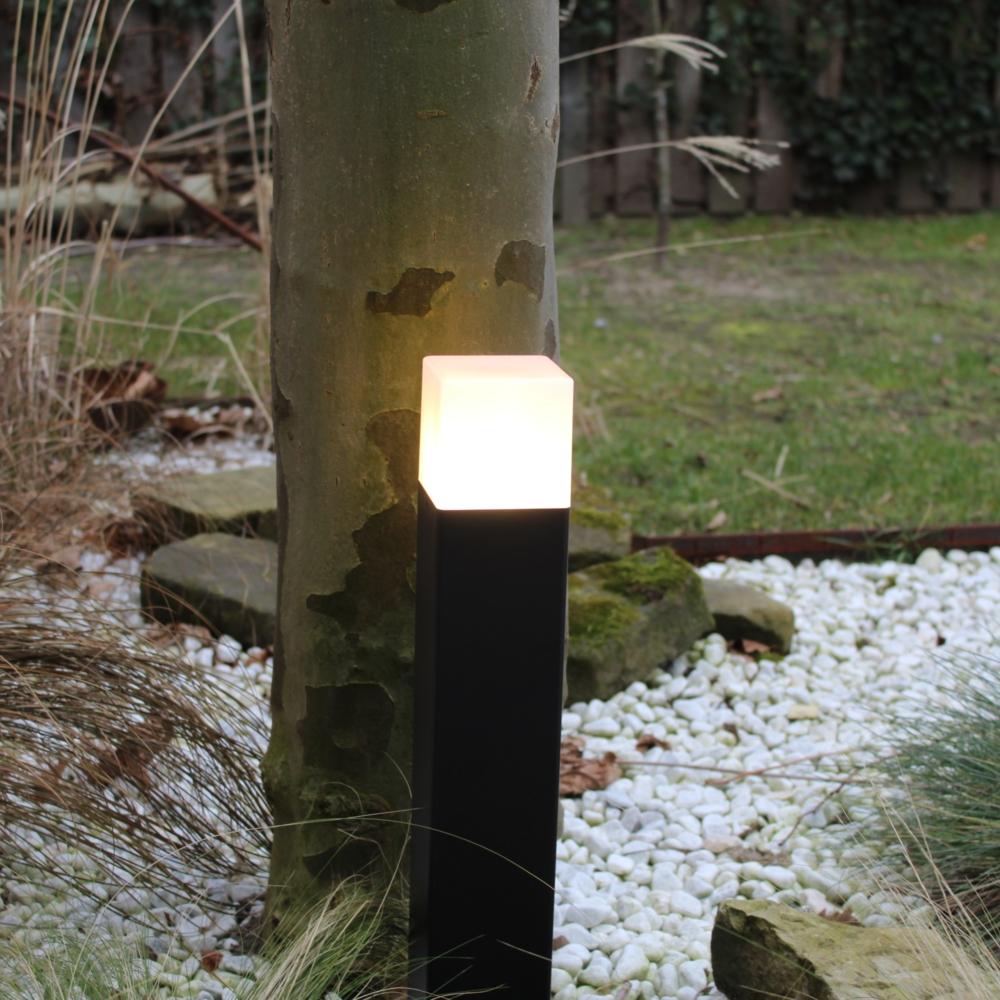 Moderne zwarte tuinpaal 50cm E27 fitting Oasis - vierkant - dimbaar - sfeerfoto tuin 4