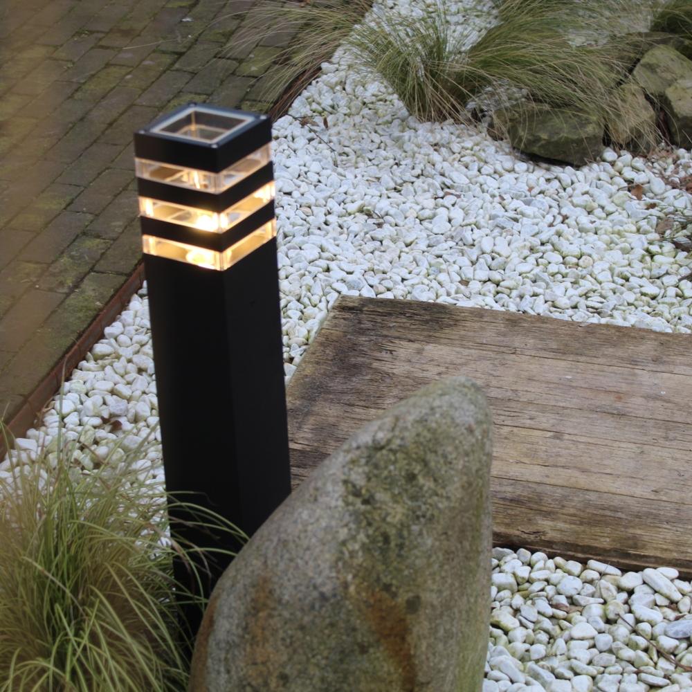 Moderne zwarte tuinpaal 51cm E27 fitting Valida - sfeerfoto tuin 1