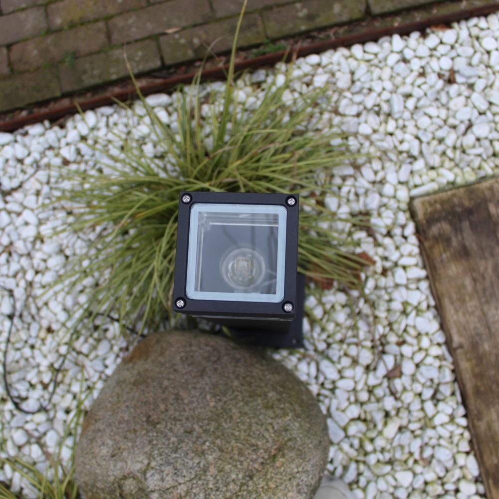 Moderne zwarte tuinpaal 51cm E27 fitting Valida - sfeerfoto tuin 5