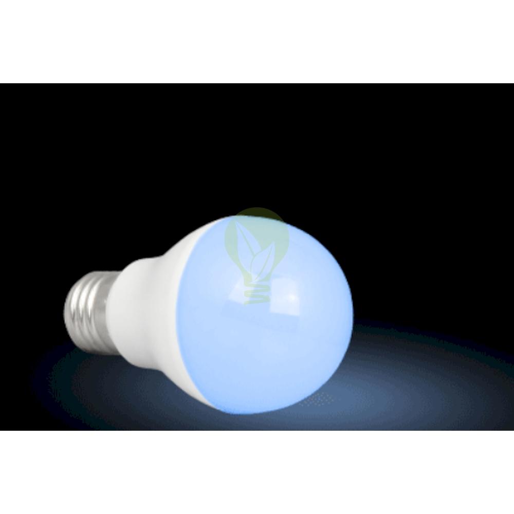 LED Lamp RGB en CCT grote fitting E27 dimbaar 6 Watt 550 lumen - lamp aan blauw
