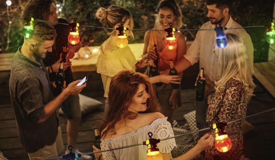 Sfeerfoto lichtsnoer - prikkabel met gekleurde lampen - blauwe, rode, groene, gele, oranje lampen