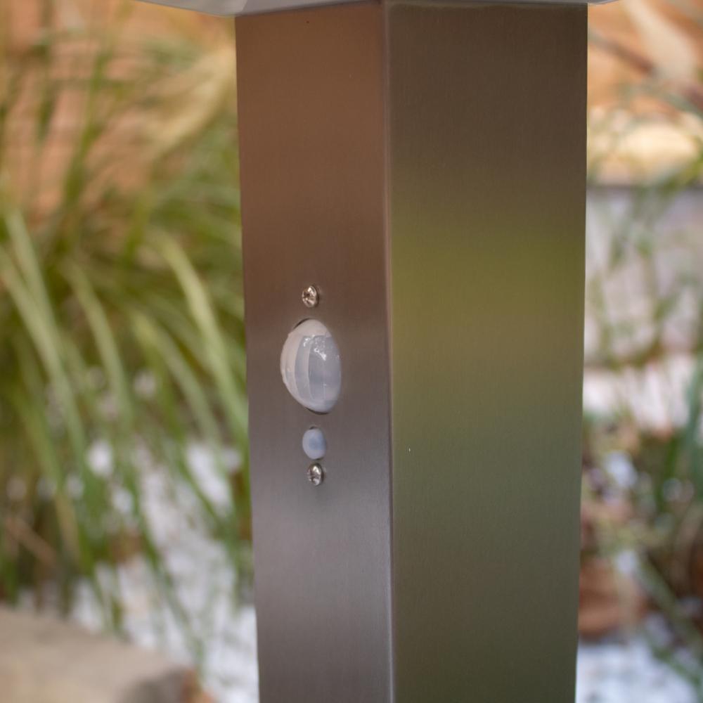 Staande buitenpaal voor buiten IP44 rvs zilver met sensor - sfeerfotoStaande buitenpaal voor buiten IP44 rvs zilver met sensor - sfeerfoto
