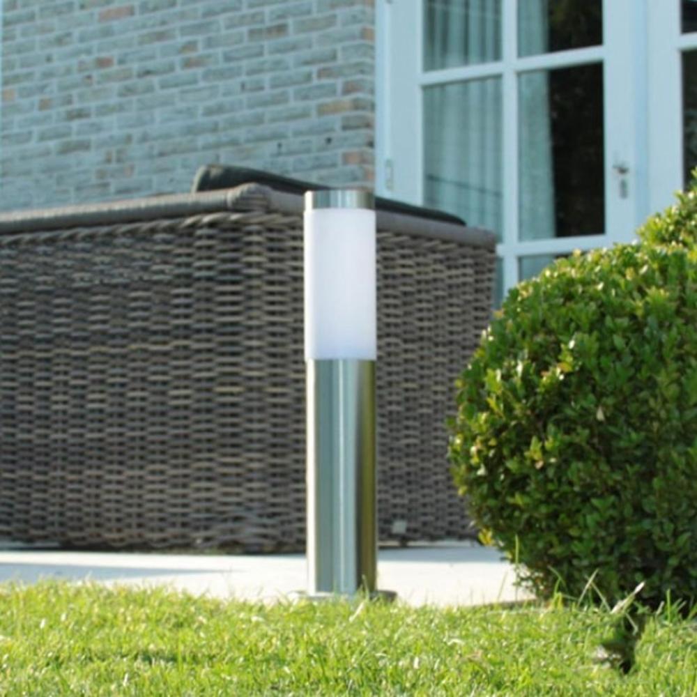 Staande buitenlamp lantaarn 45 centimeter E27 fitting zilver - sfeerfoto tuin